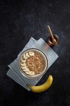 Tazón de hojuelas de maíz con plátano y miel