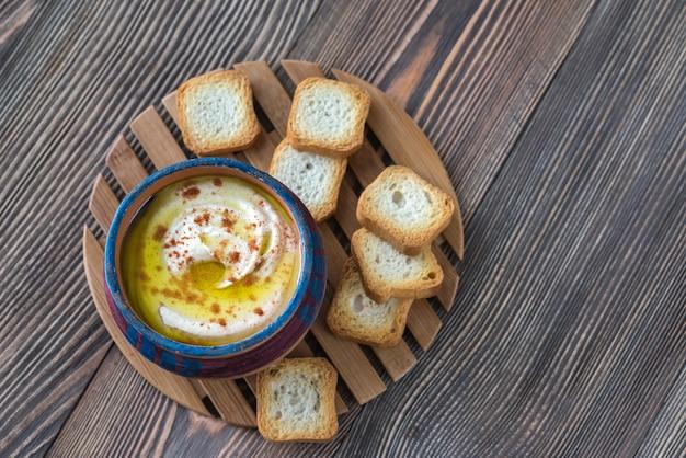 Tazón de hummus con tostadas
