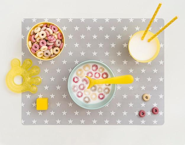 Tazón con leche y cereales para bebé