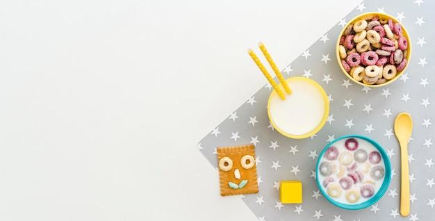Tazón con leche y cereales con espacio de copia