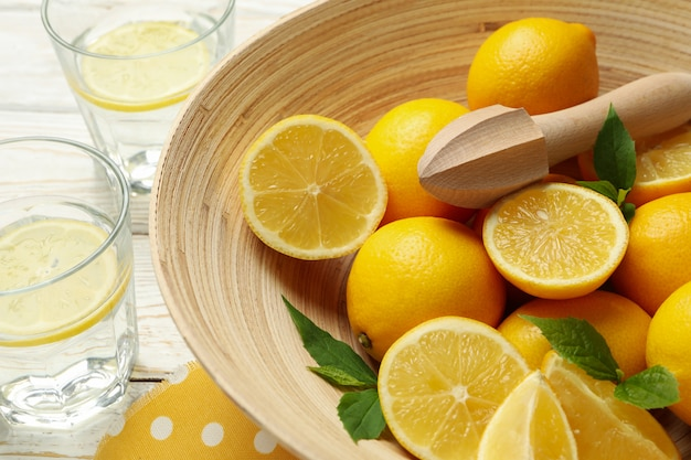 Tazón con limones y exprimidor. fruta madura
