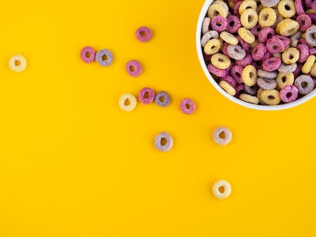 Tazón lleno de cereales y copia espacio de fondo