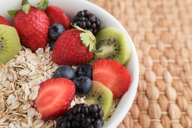 Tazón lleno de frutas y cereales.