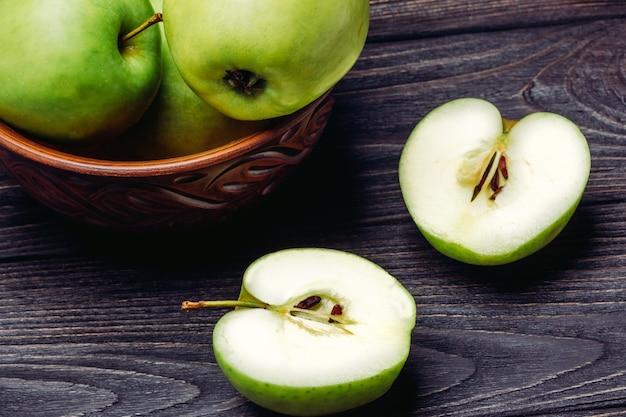 Un tazón de manzanas y una manzana en una sección.