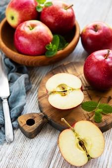Tazón con manzanas rojas