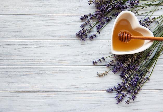 Tazón de miel con lavanda