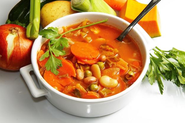 Tazón de minestrone con verduras frescas