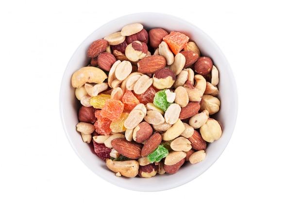 Tazón de nueces y frutas confitadas aisladas