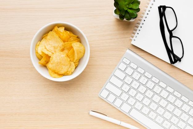 Tazón con papas fritas en la oficina
