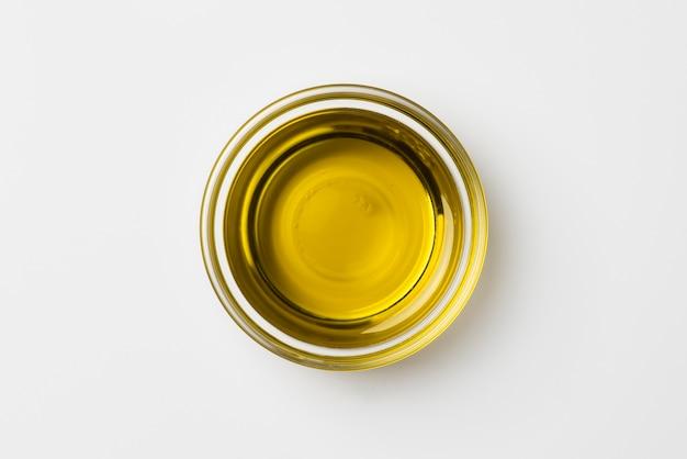 Tazón de primer plano con aceite de oliva orgánico