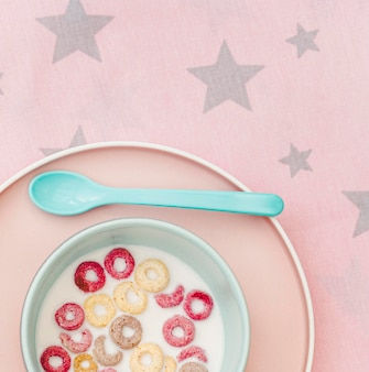 Tazón de primer plano con leche y cereales