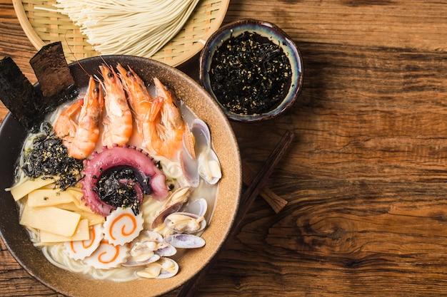 Un tazón de ramen de mariscos japoneses
