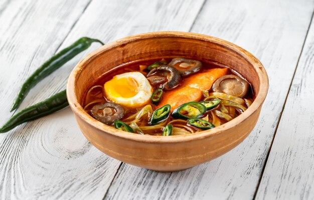 Tazón de ramen con salmón