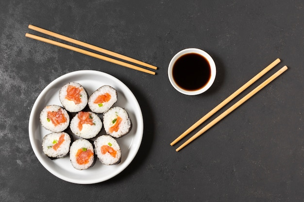 Tazón con rollos de sushi en la mesa