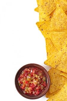 Tazón de salsa fresca salsa aislado