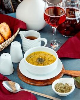 Tazón de sopa de albóndigas dushbara azerbaiyana con menta seca y vinagre