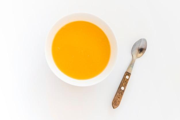 Tazón de sopa de calabaza en la mesa
