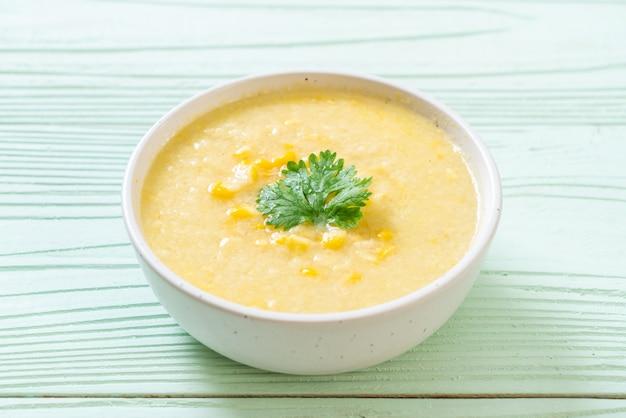 Tazón de sopa de maíz