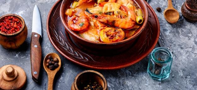 Tazón de sopa de mariscos frescos