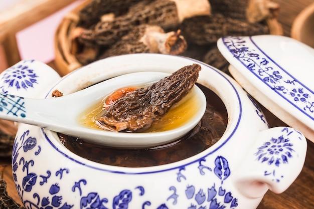 Tazón de sopa de morchella y pollo negro