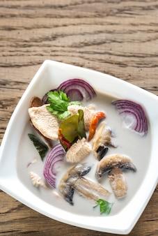 Tazón de sopa tailandesa de tom kha kai