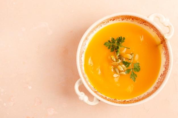 Tazón de sopa vegetariana con semillas