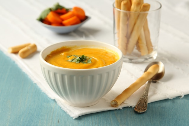 Tazón de sopa de zanahoria casera con leche de coco y cilantro