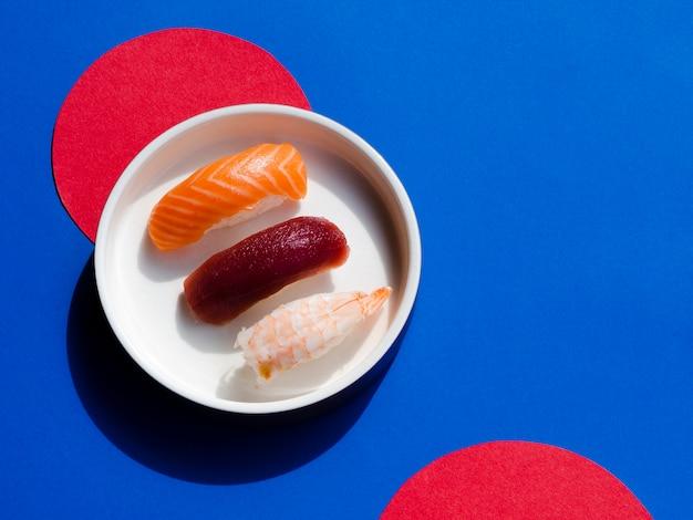 Tazón de sushi sobre un fondo rojo y azul