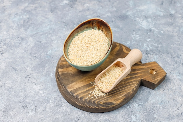 Tazón de tahini con semillas de sésamo sobre superficie de hormigón