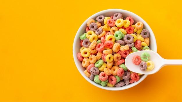 Tazón de vista superior con cereal colorido