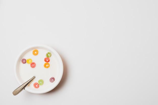 Tazón de vista superior con cereales sobre fondo blanco.