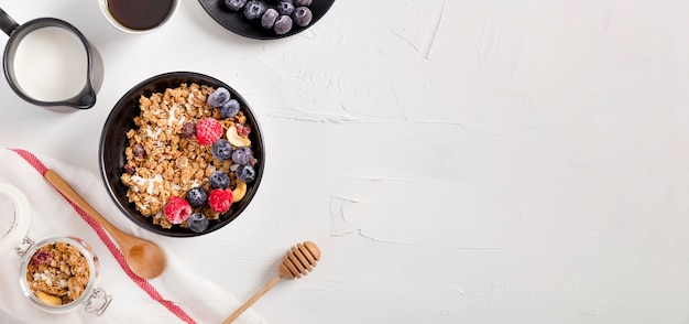 Tazón de vista superior con granola casera