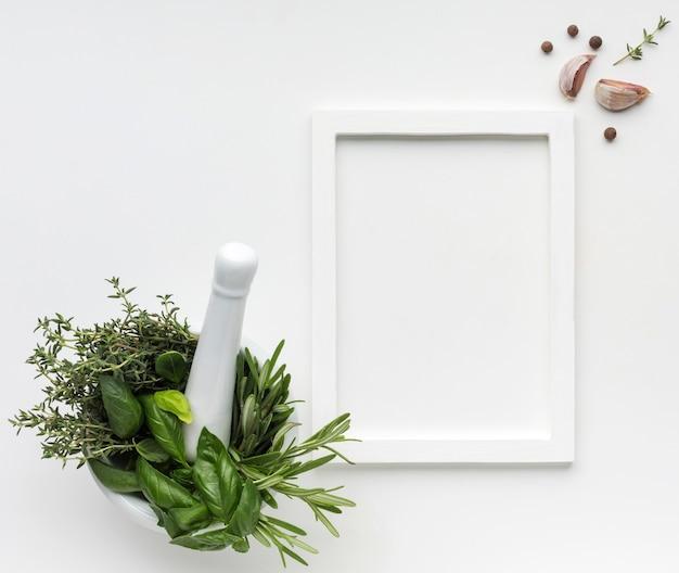 Tazón de vista superior con hierbas para cocinar