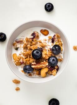 Tazón de vista superior con leche y cereales