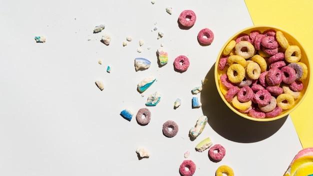 Tazón de vista superior lleno de deliciosos cereales y espacio de copia