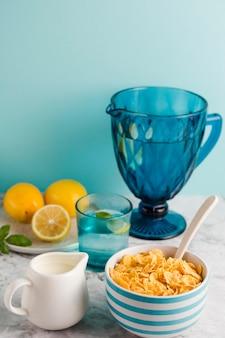 Tazón de yogur de alto ángulo con copos de maíz