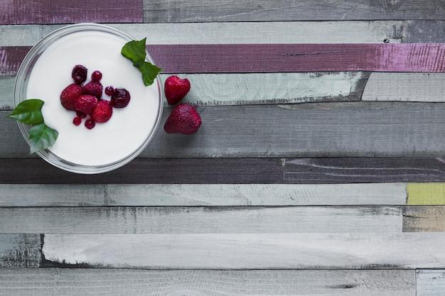 Tazón con yogur y bayas