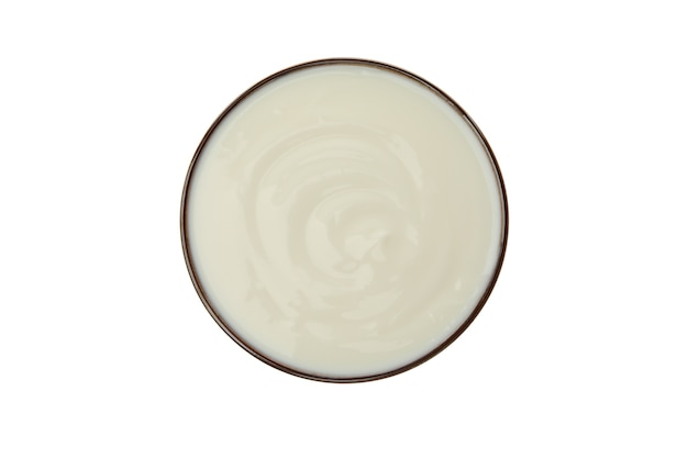 Tazón de yogur de crema agria aislado en blanco