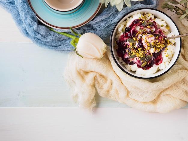 Tazón de yogur y quark con mermelada de salsa de bayas. desayuno de la mañana