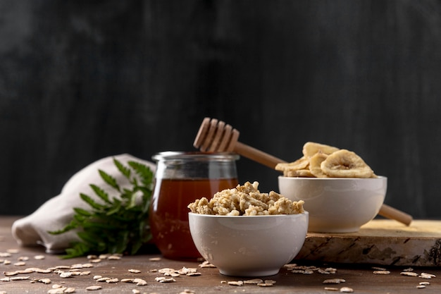 Tazón con yogurt y cereales de granola con miel