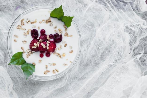 Tazón con yogurt en gasa