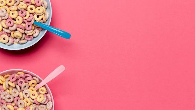 Tazones y cucharas de cereales con copia espacio de fondo