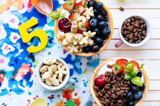 Tazones de desayuno de cumpleaños para niños con cereales y bayas
