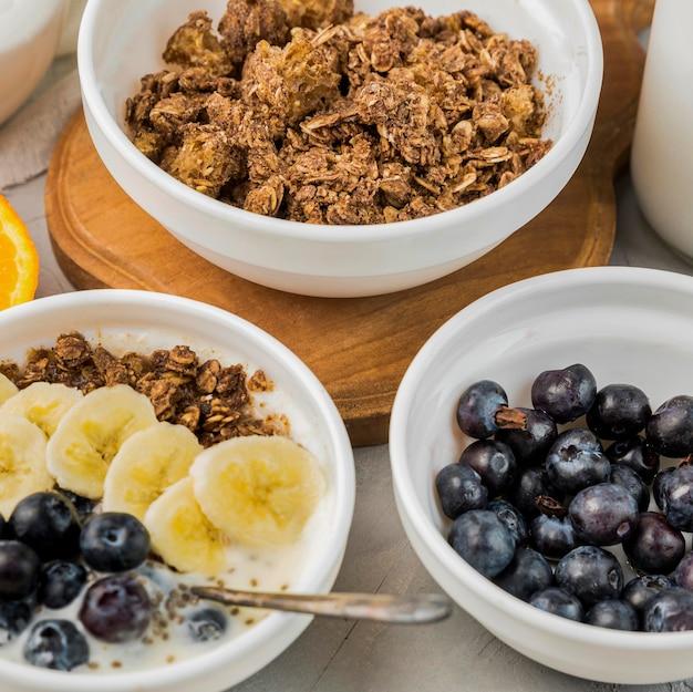 Tazones de desayuno de primer plano con granola y arándanos
