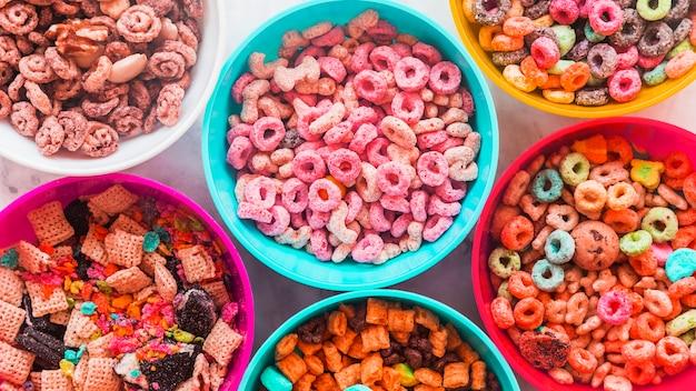Tazones con diferentes cereales en mesa.