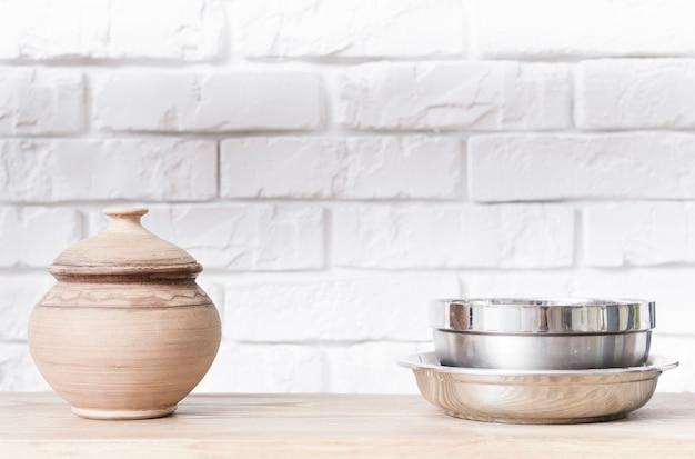 Tazones de fuente del primer en el tablero de la mesa en cocina moderna