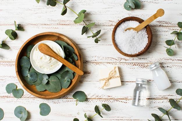 Tazones con hojas y concepto de spa de sal