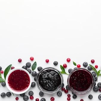 Tazones planos con mermelada de frutas