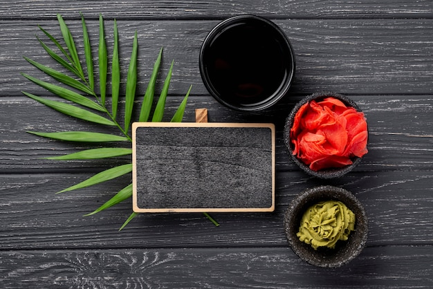 Tazones planos de salsa de soja y wasabi de jengibre con cuaderno en blanco