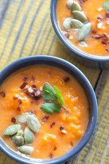 Tazones de sopa de crema de calabaza
